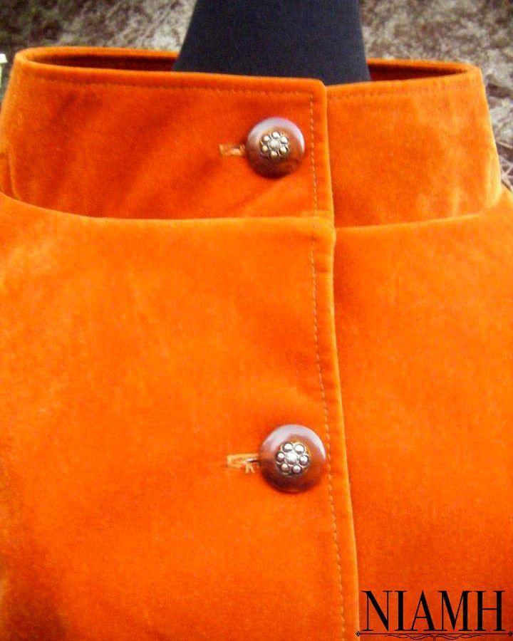 Chaqueta Jackie. Puedes encargarla en el color y con el estampado o aplicaciones que más te gusten.  En la foto una versión de nuestra Jackie en terciopelo color calabaza con botones vintage.  Presupuesto por talla o a medida.  #chaqueta #altacostura #diseñodeautor #terciopelo #elegant #velvet #orange #handmade #amorporeldiseño #divine #esplendida #retrofuturista