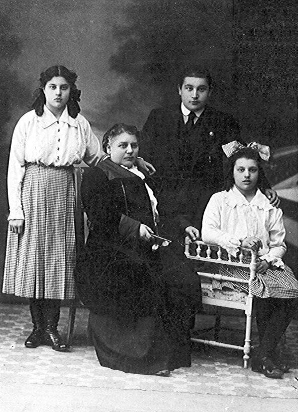 Galería de fotos. María Moliner, de pie, con su madre y hermanos (1914). #MariaMoliner