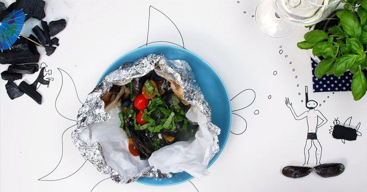 Mosselen zijn een ideaal licht barbecuegerecht. In een papillot van aluminiumfolie overleven ze moeiteloos de hete kolen. Food-Held Alexia toont haar recept