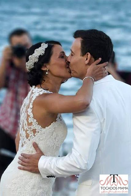 Enhorabuena Abigail y David.  Que boda más bonita, brisa suave, arena tibia, un sol hermoso, el sonido del mar como banda sonora, la playa de L'Escala Gerona fue testigo del enlace, un lugar maravilloso que dejó verdaderas bellezas visuales. Me he quedado prendada de cada imagen, están guapísimos, se les ve pletóricos de felicidad.  Cada detalle fue concebido para sorprender, para entusiasmar, para que cada invitado, familiar o amigo percibiera la enorme alegría que sentían los novios por
