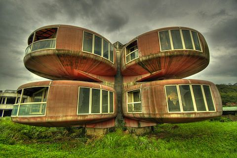 A Sanzhi UFO házak Tajvan épültek az 1970-es, mint egy tengerparti nyaralás helyszínen, kifejezetten felé irányul az amerikai katonák. Építőipari-ben megállt, 1980-ban a különböző szerencsétlen okokból, és az elhagyott hüvely lett turistalátványosság. Őket lebontották 2010-ben.