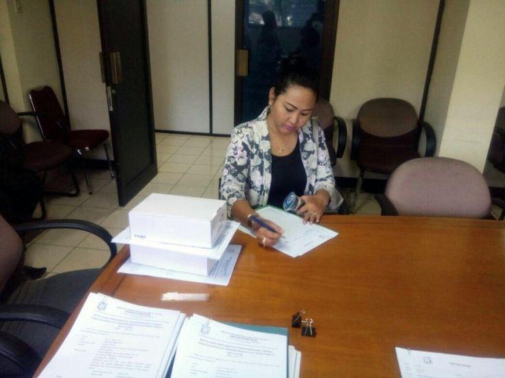 Salah satu wajib pajak yang menjadi undangan sedang mengisi daftar hadir kegiatan pendistribusian e-POS