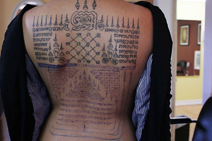 Chica con tatuaje tailandes