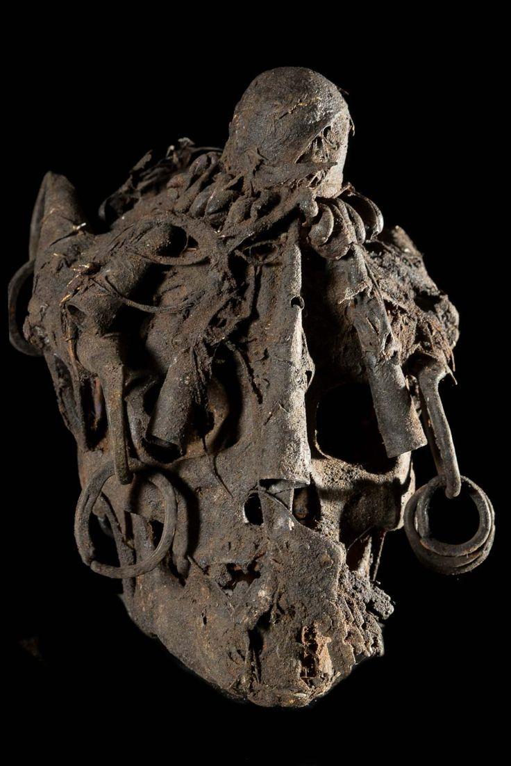 Crane Humain Relique - Ethnie Ada / Fon - Benin D'après des sources locales FON (prêtre du vodun Gambada au Bénin) ces reliques étaient principalement utilisées par les Ada, pour des rituels de divination. Le président Kerkou en ayant interdit l'usage dans les années 70, elles furent dissimulées ou enterrées, car leur possesseur ou utilisateur était passible de prison.