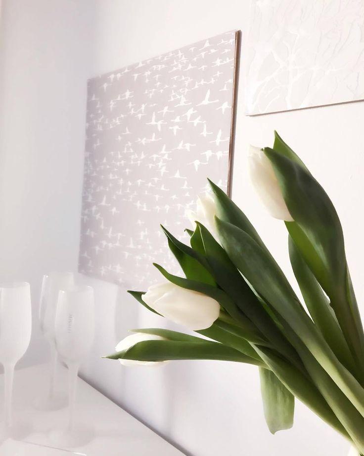 Frosted-kuohuviinilasit by Mivalli Design #finnishdesign #scandinaviandesign #scandinavianhome #champagne #luxury #whiteinterior #tulips #walldecor #designtiles #sisustuslaatta #sisustustaulu