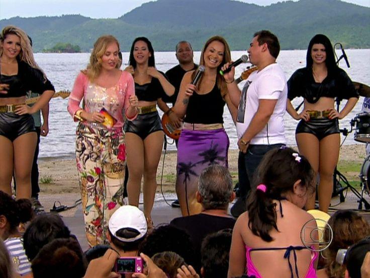 Angélica se diverte em Paraty ao som de Aviões do Forró http://gshow.globo.com/programas/estrelas/videos/t/programas/v/angelica-se-diverte-em-paraty-ao-som-de-avioes-do-forro/2410342/