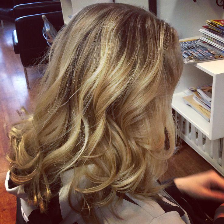 Bronde hair with wavy curls- vaaleat raidat ja hieman laine kiharoita pitkässä tukassa
