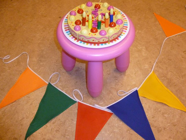 De verjaardagstaart. Hoeveel kaarsjes mogen er op de taart? (aantal is de leeftijd van de jarige). De kleuren van de kaarsjes zijn dezelfde kleuren als die van de vlaggetjesslinger die op de feestdag in de klas hangt. (kun je ook weer een kleurenspel mee doen).
