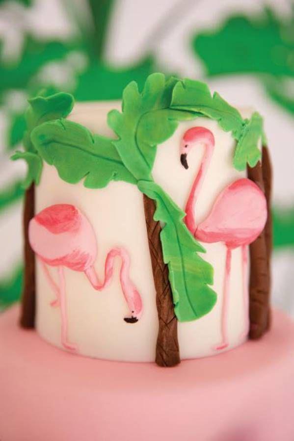Gâteau à étage avec décor flamant rose et palmier