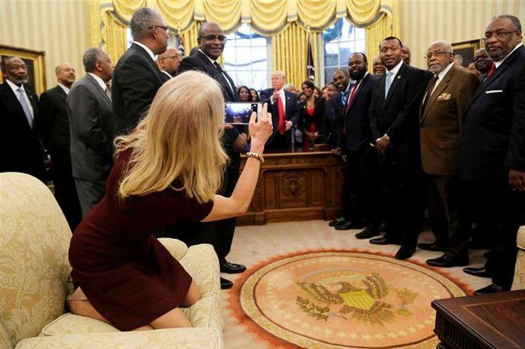 Fotografia da conselheira Kellyanne Conway ajoelhada em cima de sofá gerou críticas. Presidente já estivera na mira ao deixar a filha Ivanka sentar-se à sua secretária. Trump mantém na Casa Branca hábitos dos tempos de empresário.