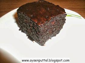 Islak kek heißt übersetzt: Nasser Kuchen. Nass, weil der Kuchen nach dem Backen mit einer heißen, flüssigenSchokosoße begossen...