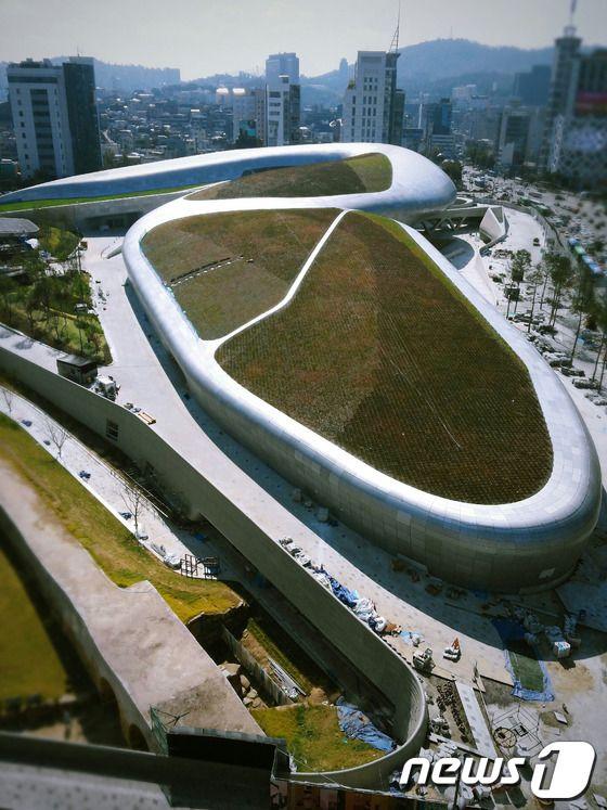3월 개관을 앞둔 세계 최대 규모의 3차원 비정형 건축물 동대문디자인플라자(DDP)가 10일 언론에 공개됐다.대지면적 62,692㎡, 연면적 86,574㎡, 지하 3층, 지상 4층(높이 29m)의 규모의 동대문디자인플라자는 건축가 자하 하디드(Za...