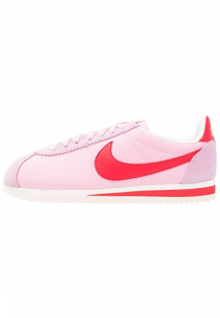 Nike Sportswear. CLASSIC CORTEZ NYLON PREMIUM - Zapatillas - perfect pink/red/sail. Suela:fibra sintética. Forma del tacón:plano. Plantilla:tela. Puntera:redonda. Detalle:costura decorativa. Cuidados:aplica un protector antes de usar. Material interior:tela. Cierre:con cordones. M...