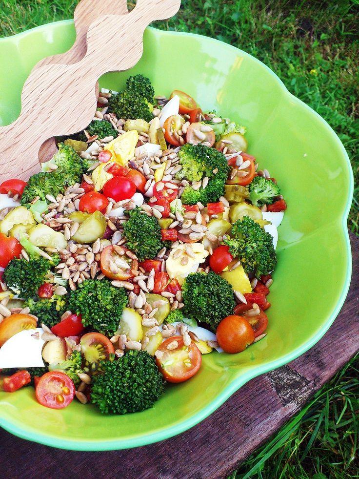 Sałatka kabanosowa z brokułami i jajkiem.