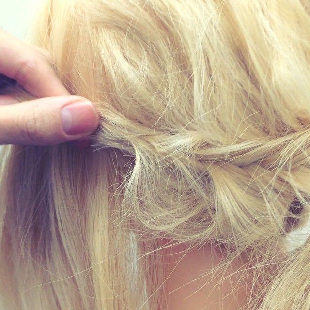 ピンの止め方 ゆるくほぐしてるとこには、少し止めずらかったりするので ピンをクロスさせるようにして 止めるとやりやすいですよ! 他にもぐるっと下の毛を回転させて止める方法もあります!  #nico...#hair#hairset#hairarrange#ヘアセット#ヘアアレンジ#結婚式ヘア#撮影#ヘアメイク#オシャレ#編み込み#マニキュア#グラデーション#グラデーションカラー#モデル#ヘアスタイル#ヘアカラー#波巻き#くるりんぱ#ファッション#髪型#アレンジ#instagood#cute#編み込みやり方#アレンジやり方#アレンジ解説#ヘアアレンジ解説
