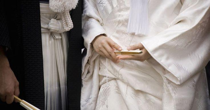日本の伝統的な婚礼衣装である白無垢や色内掛(いろうちかけ)。特に白無垢は和式の挙式のみに許される衣装です。和装での結婚式で気になるのが、マナーや慣れない衣装選び。
