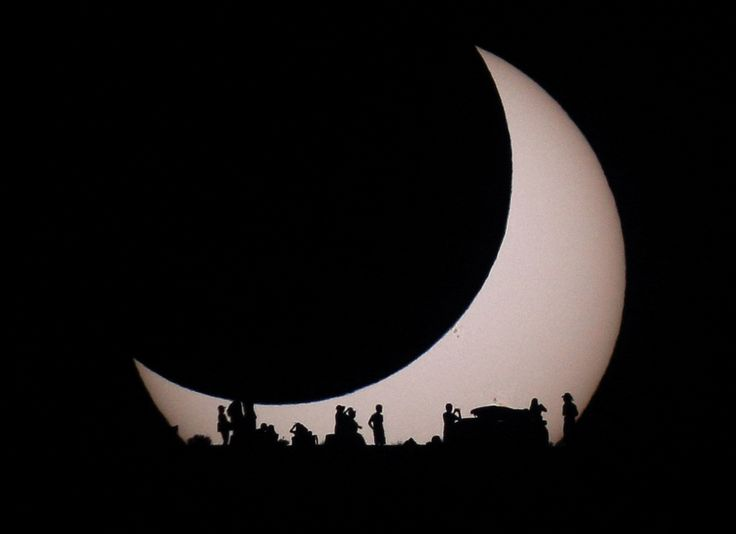 Soleil éclipsé par la lune & quelques observateurs - 20 mai 2012 près du lac Powell sur la limite Utah/Arizona - Photo de Steven Gilbert