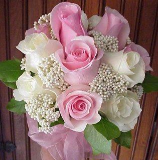 precioso ramo con flores rosas y blancas