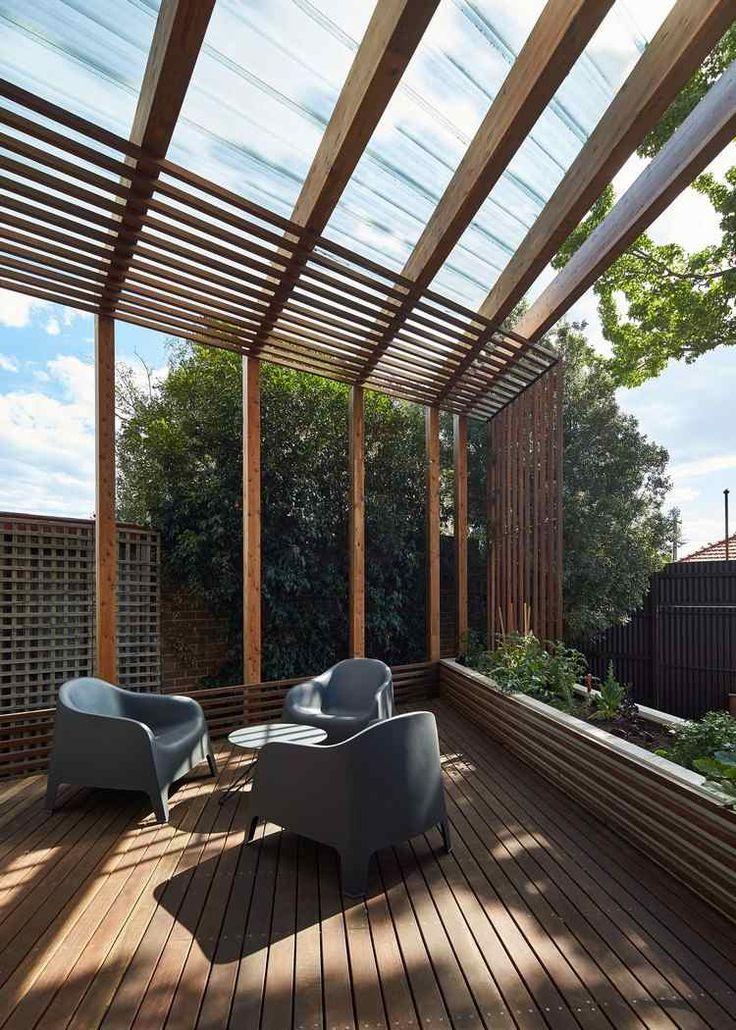 Pergola terrasse en bois et étagères murales dans une maison ...