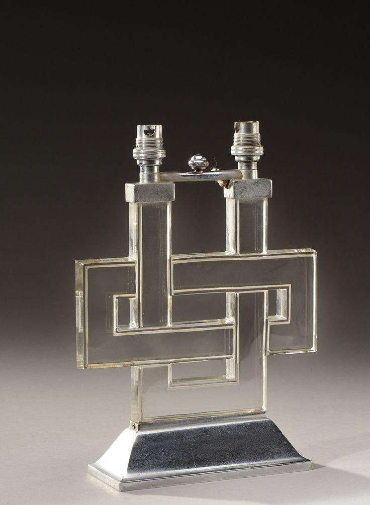 RENE LALIQUE (1846-1904) Lampe de cheminée «Entrelacs» en verre blanc moulépressé présentant deux bras de lumière. Monogrammée. Modèle créé en 1926. H : 25 cm l : 18 cm