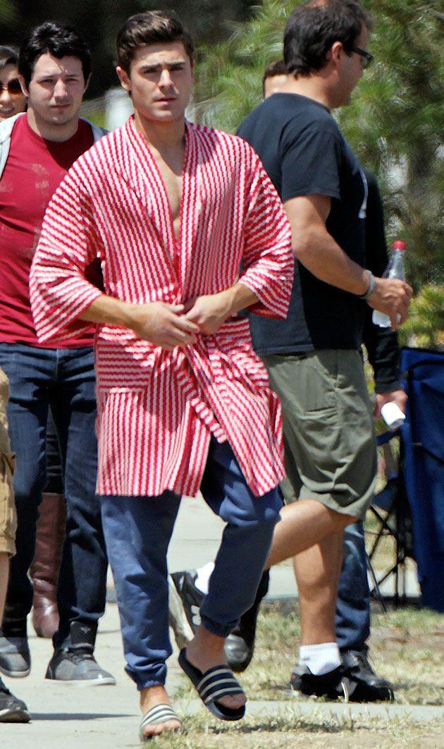 """(Foto: Honopix) Se você precisava de um motivo para querer ver a nova comédia estrelada por Zac Efron, """"Townies"""", taí! Durante o filme, ele vai aparecer – e bastante – sem camisa. O ator de Hollywood vai viver um universitário americano que mora em uma fraternidade cheia de caras gostosos. Assim como 99% dos caras …"""