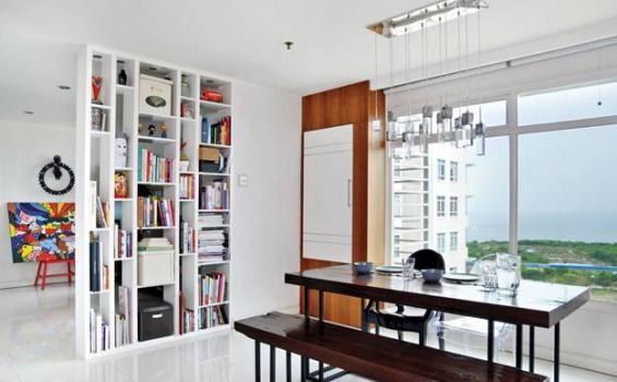 Ruang makan di kediaman Daniel Mananta menggunakan gaya kontemporer dan dominasi warna putih. Ruang makan dan ruangan lainnya dibatasi menggunakan partisi yang juga berfungsi sebagai rak pajangan #kontemporer #celebhouse #celebrityhouse #rumahseleb #danielmananta #contemporerstyle #contemporerroom #ruangmakan #diningroom