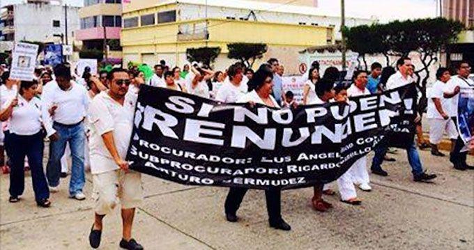 """Cientos de #manifestantes #marchan en #Veracruz para pedir a #Duarte detener """"la crisis de #inseguridad en el estado""""  Mas información: http://goo.gl/HLdywR"""