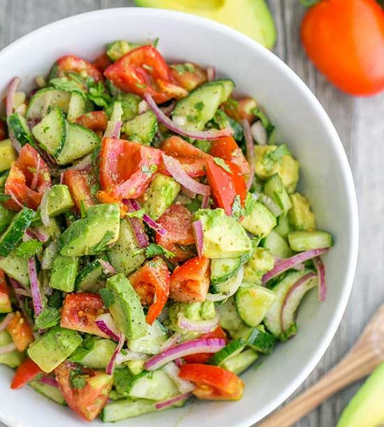 You will fall in love with this salad that unites cucumber and tomato with avocado and a light lemon dressing for delicious summer freshness.