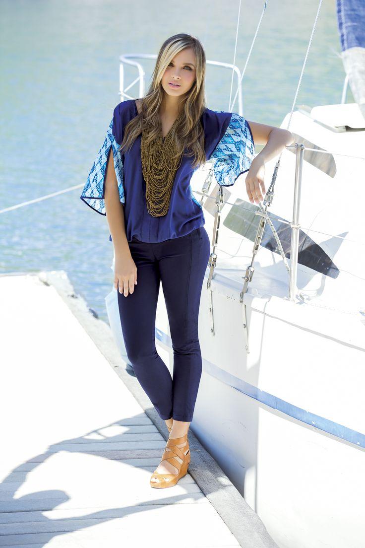 Blusa con cuello en V y  abertura en las mangas. Color: Azul Oscuro / Beige  Pantalón de silueta ajustada,  talle alto, pretina anatómica. Color: Blanco / Negro /  Beige / Azul oscuro