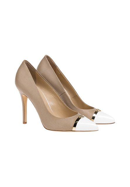 Nur das Beste für die Dame: Diese Pumps wurden mit der richtigen Portion aus glänzendem Lack-Leder und hochwertigem Saffiano-Leder gefertigt und mit einem goldfarbenem Streifen veredelt.