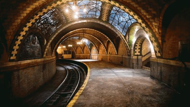 An abandoned subway station at City Hall in New York isn't open to the public, but its abandoned beauty lies right under the tracks of other trains currently in service.