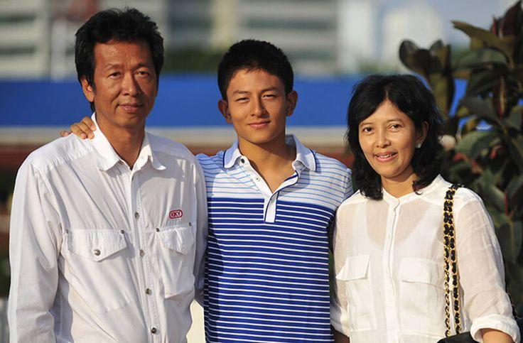 VIK - Indonesia di Puncak Dunia -  Rio Haryanto (tengah) bersama kedua orangtuanya Sinyo Haryanto dan Indah Peniwati di Halaman Kantor Redaksi Kompas Jakarta, Jumat (11/6/2011).