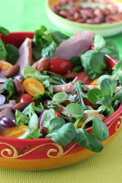 Trek in een lekkere maaltijd #salade?   Gerookte eendenborstfilet salade met geroosterde amandelen    Ingrediënten:  • zakje veldsla  • zakje slamelange  • 1 gerookte eendenborstfilet (of gerookte kipfilet)  • 1 rode ui (en/of 1 bosui)  • rode en gele snacktomaten  • geroosterde en gezouten amandelen  • dressing van 1 el rode wijnazijn, 1 tl mosterd, 3 el olijfolie, zout en peper (eventueel wat honing)  Vervolg van recept staat hieronder bij reactie