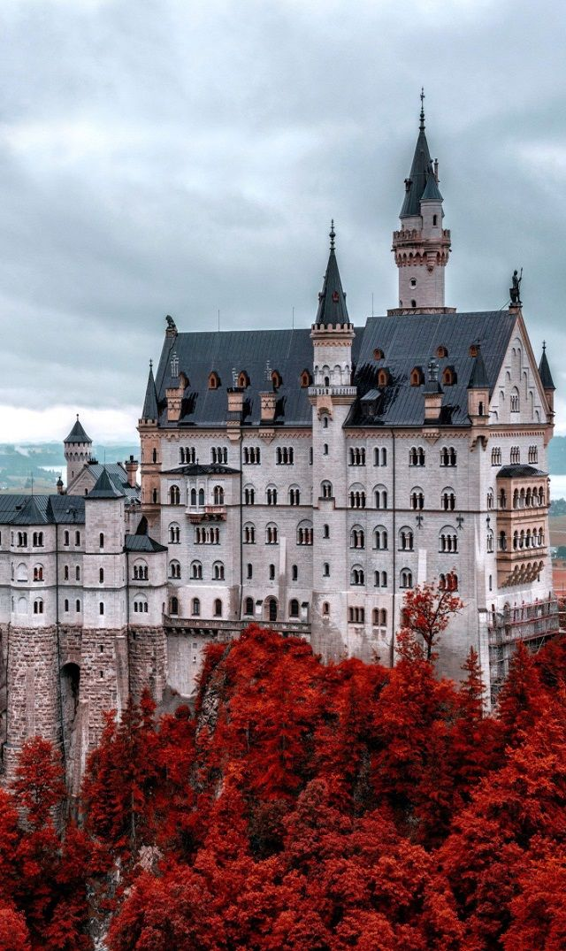 Castillo Neuschwanstein en Fall, Alemania.