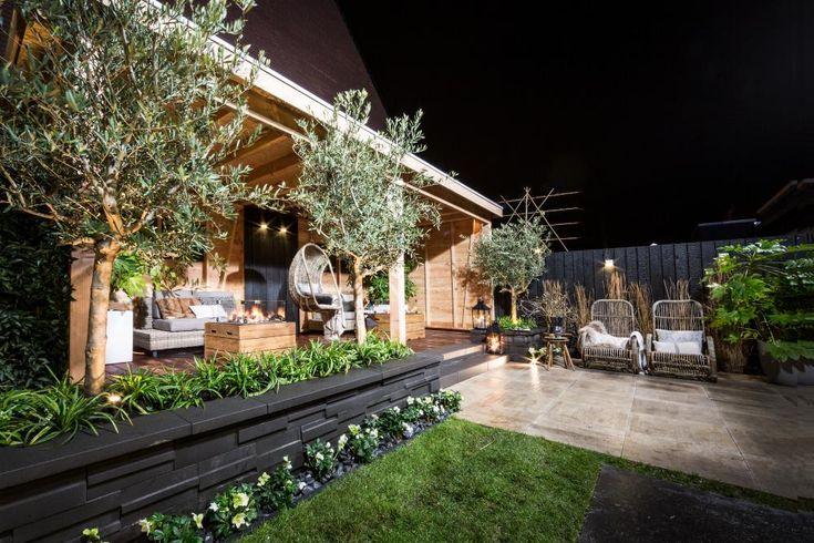 De tuin van Joas en Marga was allebehalve knus, maar na deze makeover is het een enorm gezellige plek geworden. Je kan er heerlijk rond het vuur zitten, en onder de overkapping blijf je altijd droog en warm. Zelfs in de winter!