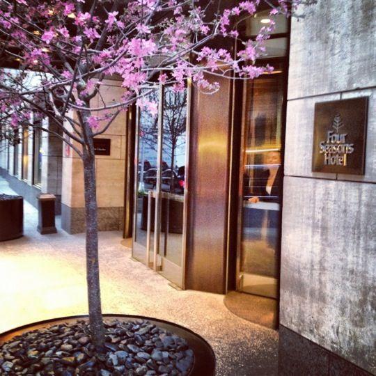 otel Four Seasons New York bevindt zich in Manhattan. De kamers zijn stijlvol ingericht en het personeel biedt een uitstekende service.