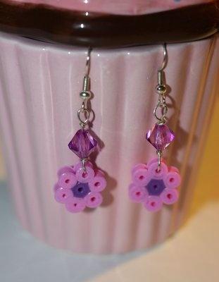 orecchini con fiorellino di hama beads (perline a fusione) e perline viola,montati su paio di monachelle argentate anallergiche, 3€ su misshobby.com