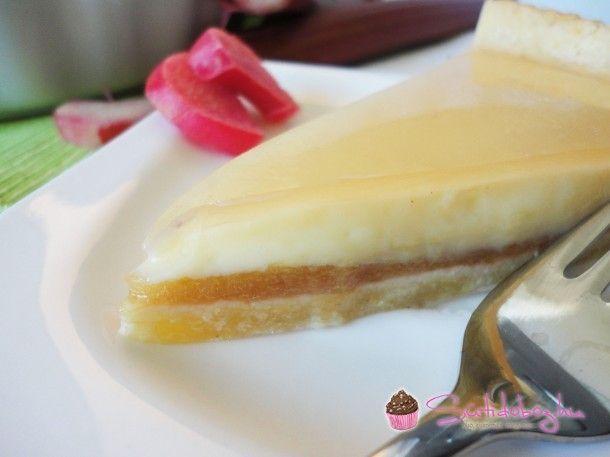 Még mindig rebarbara. Ezúttal torta készült belőle, lágy vaníliás krémmel és omlós tésztával. Ez most az új kedvencem!:)  Az eredeti receptet eg