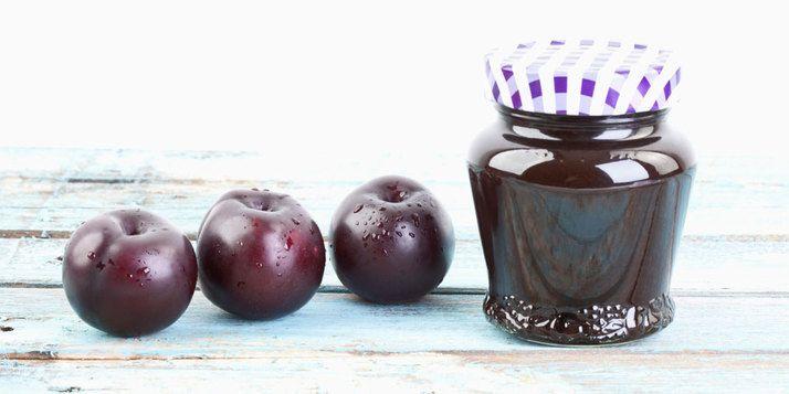 Pruimenjam zelfmaken? Hierbij het recept voor een kruidige pruimenjam met vanille, kruidnagel en kaneel. Voor de frisse smaak voeg je nog een citroen toe.