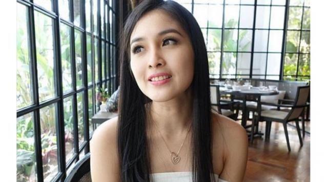 Jaga Kecantikan Rambut, Sandra Dewi Habiskan Sebotol Shampo 3 Hari - http://www.rancahpost.co.id/20161062332/jaga-kecantikan-rambut-sandra-dewi-habiskan-sebotol-shampo-3-hari/