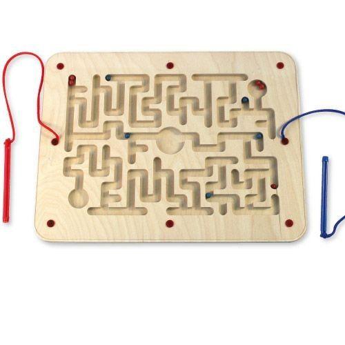 A l'intérieur de ce labyrinthe en bois se trouvent des petites billes rouges et bleues magnétiques. Les joueurs doivent les rassembler au centre du labyrinthe grâce à leur stylet. Permet de développer la motricité fine, la coordination œil-main et la logique. Livré avec 2 stylets magnétiques. Dim. 30 x 39 cm. Dès 3 ans.