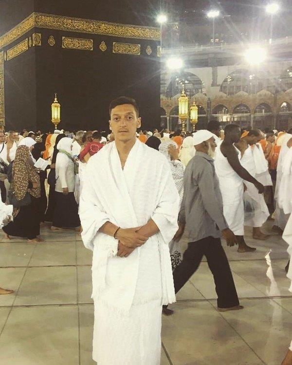صورة لمسعود أوزيل في ساحة الحرم المكي تجذب آلاف المغردين