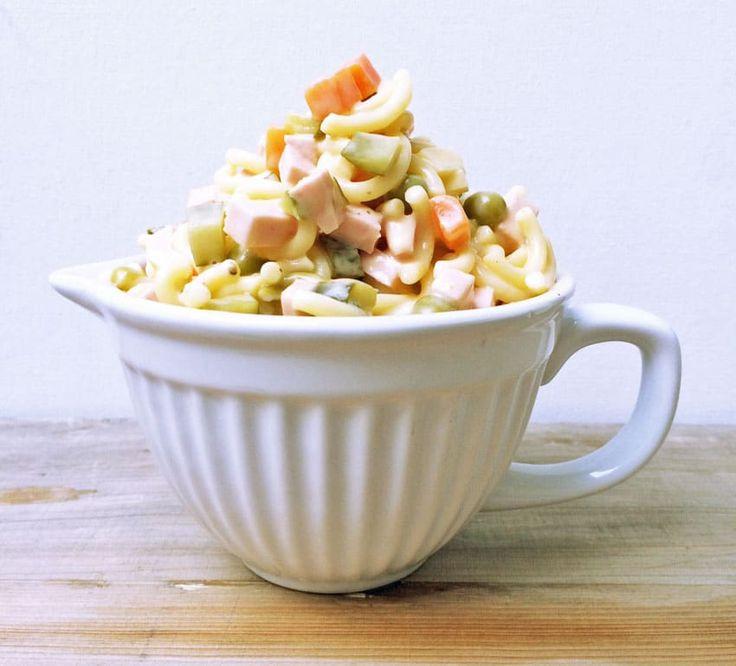 Ich liebe Nudelsalat. Im Sommer die mediterranen Varianten. Aber ab und zu habe ich so richtig Lust auf einen klassischen Nudelsalat. Mit Gürkchen, Wurst, Käse, Möhren, Erbsen und Mayo-Joghurt Dressing. So wie man ihn früher gegessen hat, als es noch keine Chia-Samen und Goji Beeren in jedem Discounter gab. Schlicht und einfach. Aber sehr lecker 😉 Bei uns gab es den Nudelsalat gemeinsam mit Papas Kartoffelsalat an Heilig Abend und wir waren schwer begeistert. DieserRetro Nudelsalat…