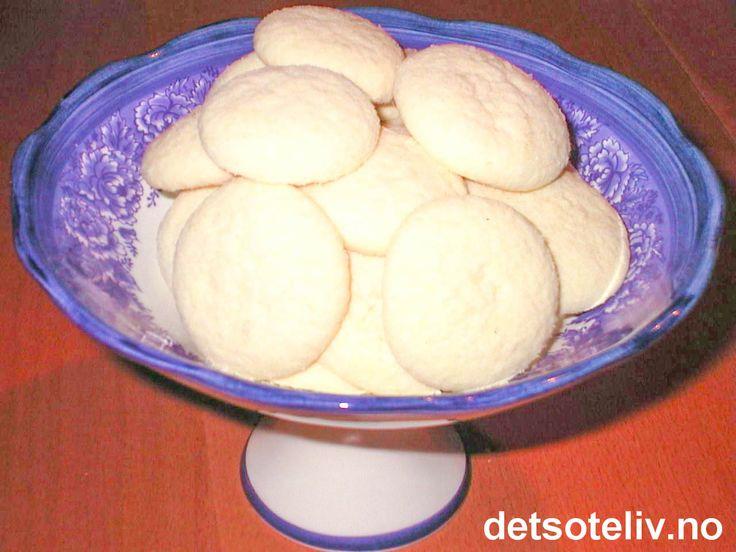 """""""Vaniljedrømmer"""" er nydelige småkaker som smelter på tungen. Mye potetmel gjør kakene svært lette og porøse. Oppskriften gir 120 stk."""