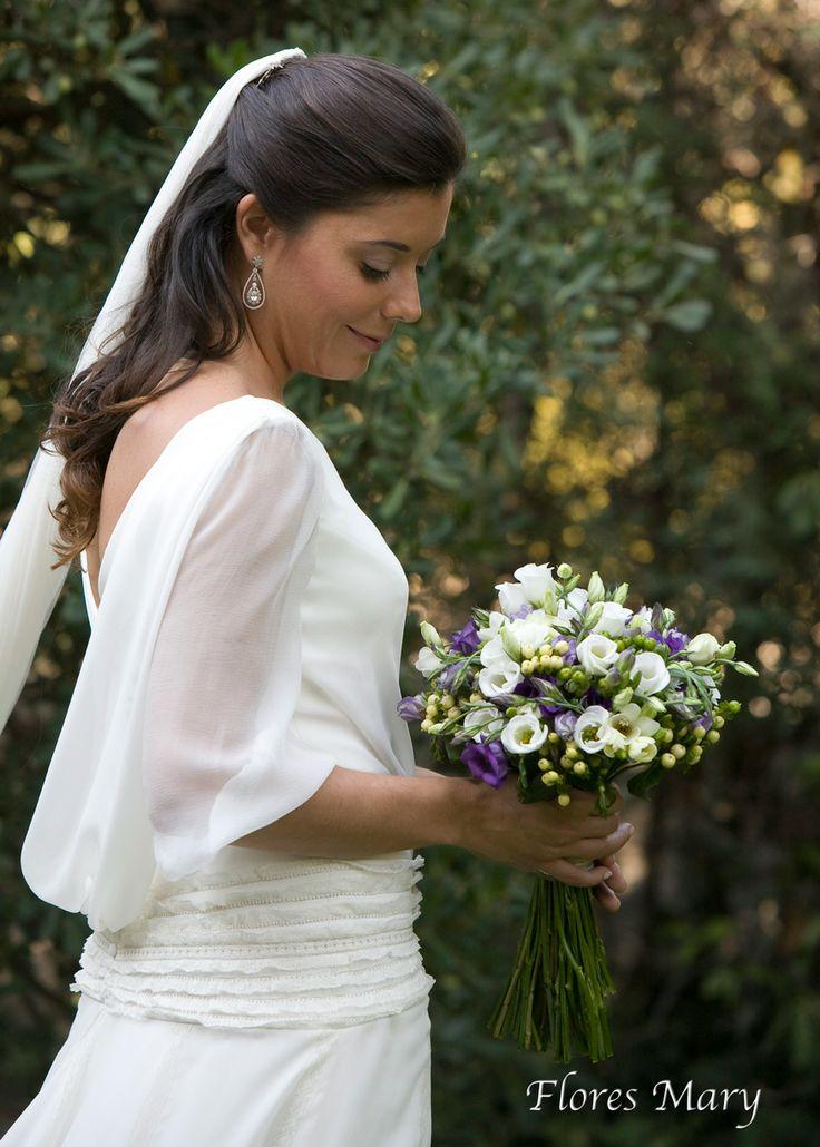 Ramo de novia con lisiantus en tonos blancos, morados, hipericum blanco y verde.