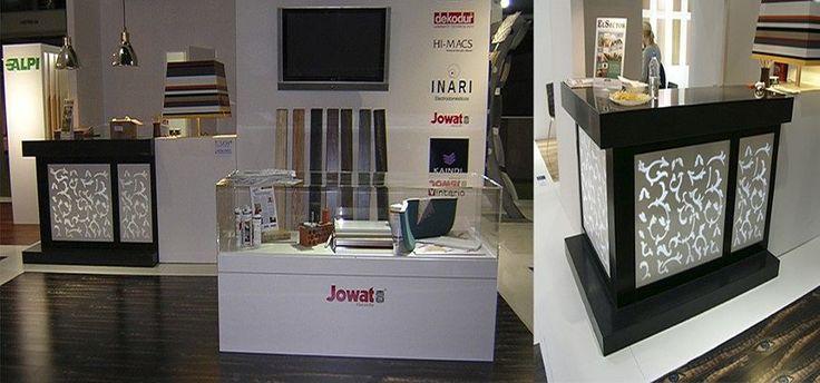 Mostrador de exposición para Stand de Alpisa reatroiluminado realizado en LG Hi-Macs®