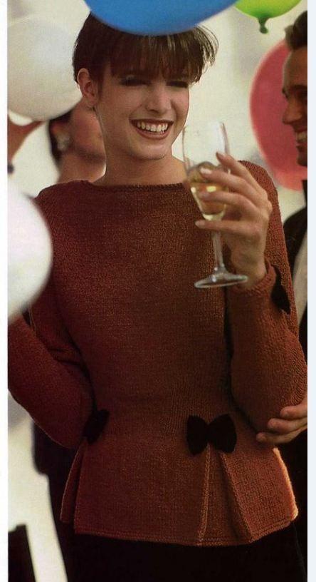 Пуловер с бантами и складками.