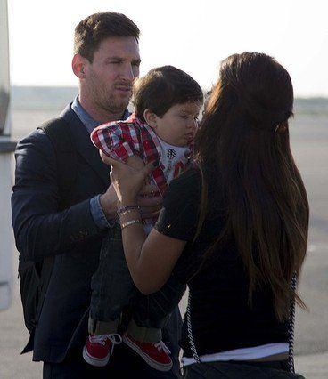 Antonella Roccuzzo avec Thiago et Daniella Semaan avec Lia lors du déplacement du FC Barcelone à Milan , le 21 Octobre