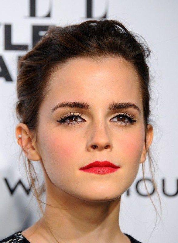 Emma Watson rossetto rosso-Le labbra più sottili, invece, le preferisco con i rossetti con un rosso neutro anche qui non troppo 'fluo', ma in generale va benissimo anche se si hanno le labbra un po' irregolari o molto molto sottili… il rossetto rosso è capace infatti di 'perdonare' qualunque imperfezione! :-)