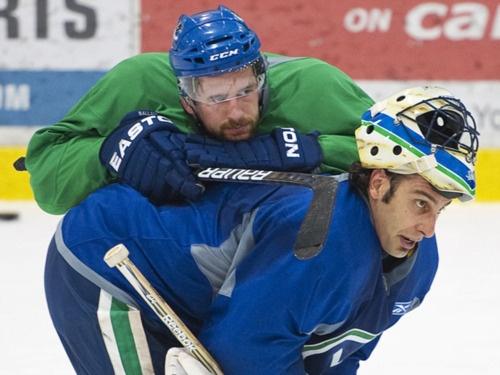 Keith Ballard, Luongo. Vancouver Canucks LOL